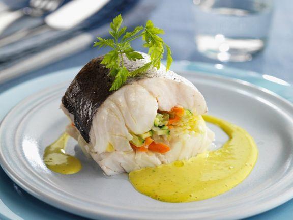 Seehecht mit Gemüse und cremiger Sauce ist ein Rezept mit frischen Zutaten aus der Kategorie Meerwasserfisch. Probieren Sie dieses und weitere Rezepte von EAT SMARTER!