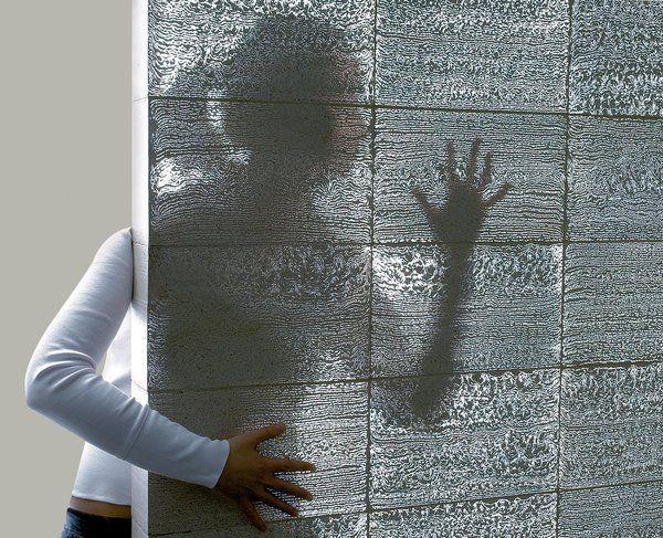 LitraconTM est un parpaing de béton translucide composé de 96 % de béton et 4 % de fibre optique de verre. Sa structure fine et homogène filtre la lumière pour offrir un éclairage mural naturel et décoratif (chez Byzance Design).