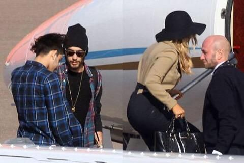 Zayn Perrie And His Family Boarding A Plane They39re Going On A Family V