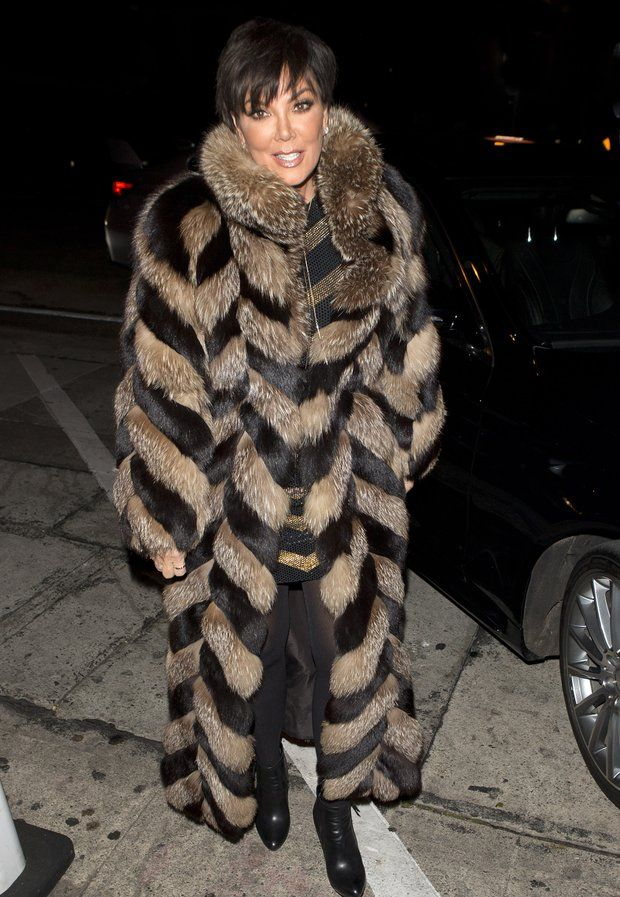 Familie Kardashian: Clan-Oberhaupt Kris Jenner in einem oplulenten Pelzmantel, unterwegs zu einer Party in Los Angeles.