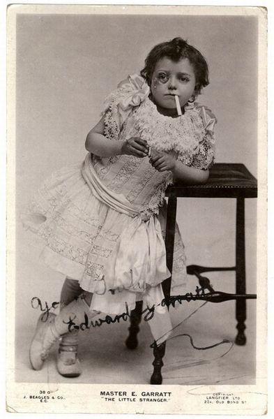 маленький мальчик в юбке с сигаретой