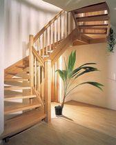 Escalera en L con zancas laterales (estructura y peldaños de madera)