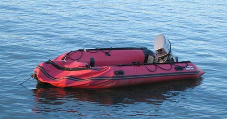 Cómo reparar un bote de goma. Una de las más grandes pesadillas cuando estás operando un bote de goma, también llamado dingui o inflable, es padecer una rotura o una perforación en el casco. Ésto puede suceder fácilmente cuando el dingui golpea un clavo oxidado en un muelle, un trozo de metal de otro bote o cuando navega sobre corales. Como resultado, el aire se escapará del ...