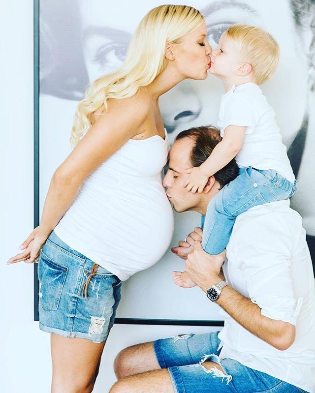 Komplettes Familienbild – #Familienbild #Komplettes   – babybauch shooting – #Ba…
