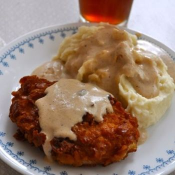 Crispy breaded pork chops with milk gravy : southernplate. We even have these old Corelle dishes! :)
