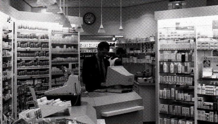 Drs. C.J. Boogerd in de apotheek in de Diezerstraat, 1993. Afbeelding: Collectie ZHV.
