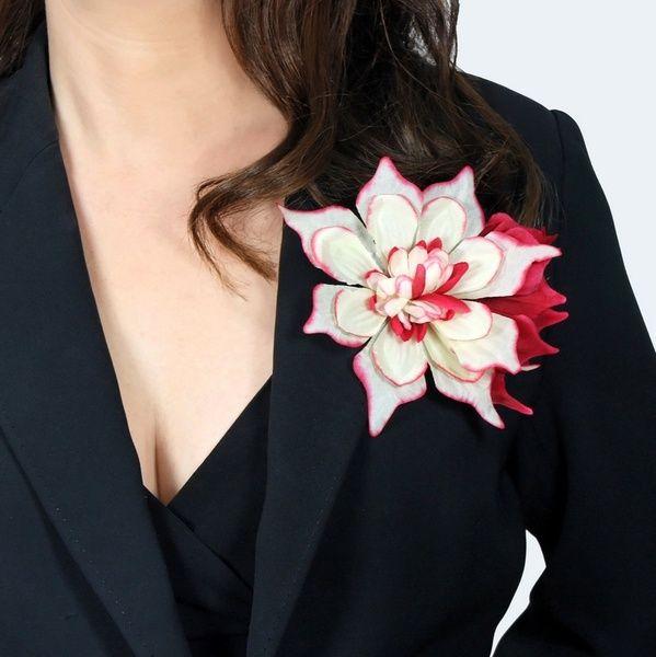 Ansteckblume 'Fantasie' weiß-rot– Haarblume, Blüte von Boutique für wundervolle Accessoires zum Liebhaben! auf DaWanda.com