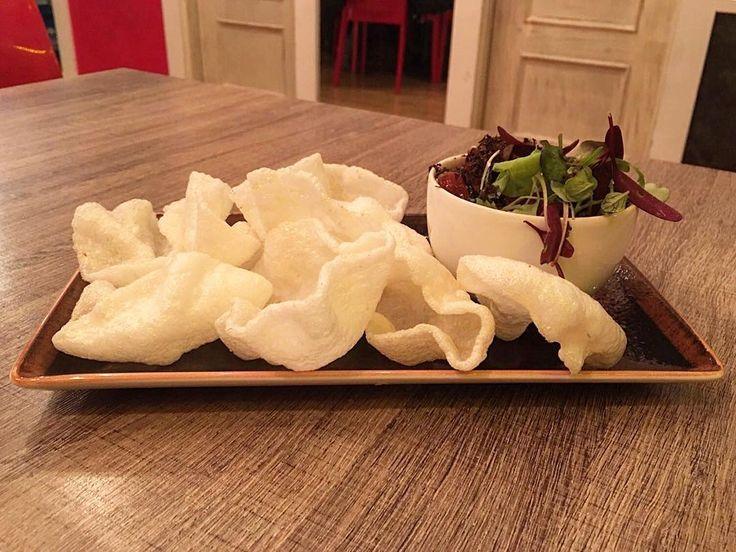 Amor por el pescado crudo!   Tartar de atún rojo con brotes sésamo y pan de gambas!! Encantado con cada plato de @sukalki!  #taste#comida#cocina#vitoria#atun#tartar#tataki#gamba#sesamo#chino#japones#fit#fitfam#fitfood#delicious#delicatessen#vitoriagasteiz#vitoriagasteizgreencapital#restaurante#menu by fitblife_official