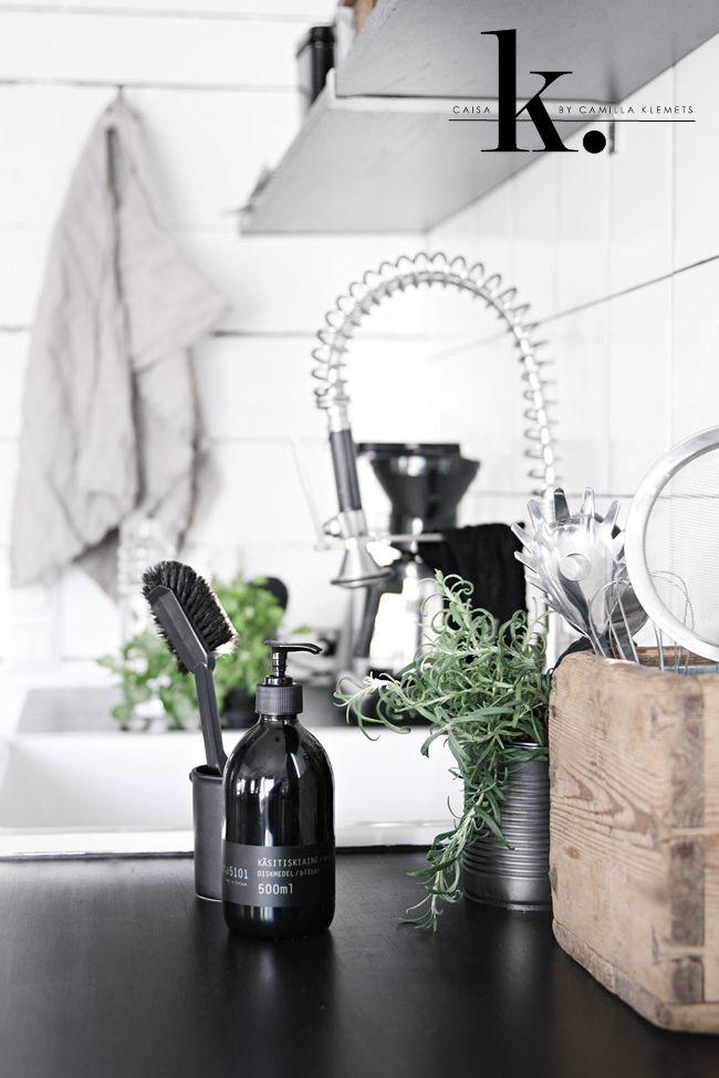 Musta 5101 brush and blueberry scented dish washing liquid. Photo: caisa k.