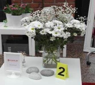 VIhje numero 2. Tekemämme profiilin mukaan hän rakastaa kukkia. Suosikki on valkoiset kukat. #somena