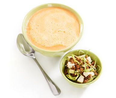 Morots- och ingefärssoppa med linser och tofu är en frisk och nyttig soppa med lite riv i. Blanda purjolök med ost och linser och servera i soppan och ställ gärna fram ett fat med bröd.