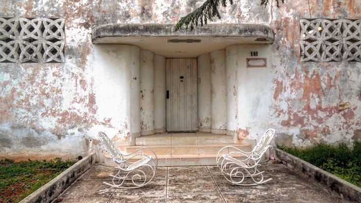 Art decó cubano algo despintado #havana #habana #miramar #cuba #oldbuilding #artdeco #white #painting #blanc #comadrita #door #porta #loves_cuba #loves_habana #total_cuba #ig_cuba #ig_habana #ig_mood #ig_doors by mercecg64