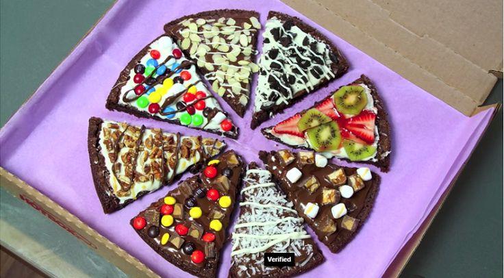 VOIR VIDEO - La pizza dessert! VOUS AUREZ BESOIN: -D'une boite de préparation à brownies -De glaçage à la vanille ou de crème fouettée -De nutella ou tout autre tartinade de chocolat -De caramel -De fruits -Et de bonbons et barres de chocolats, minis guimauves, noix, noix de cocos râpés, etc. COMMENT FAIRE: -Préparez les brownies en boite en suivant les indications sur la boite dans un plateau de cuisson circulaire. -Divisez comme une pizza -Garnissiez la moitié de glaçage à la vanille ou de…