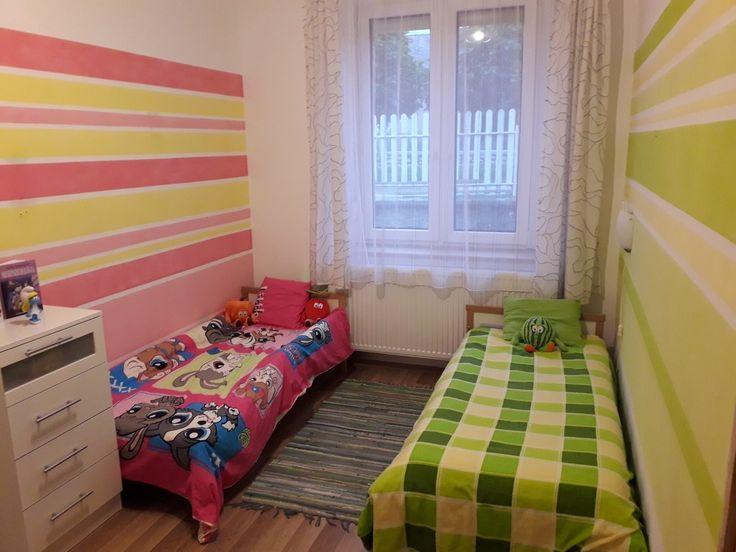 Testvér szoba csikos fal pink green
