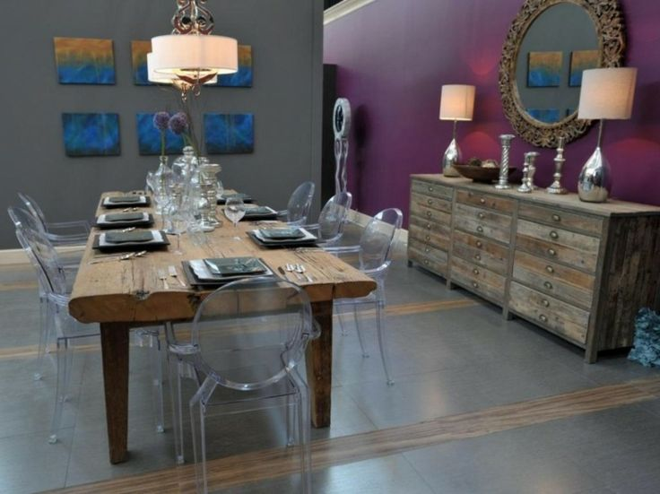 salle à manger contemporaine, murs gris anthracite et violet foncé, table à manger en bois brut et chaises design en plastique