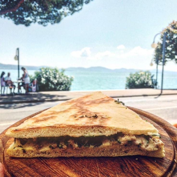 """#tbt de cuando recorrimos La Toscana  Más de 2000 km en coche de pueblos platos y vinos que nos encantaron. En la foto la típica """"torta al testo"""" y al fondo el lago Trasimeno. Si alguna vez me pierdo...buscadme aquí. #roadtrip #toscana #foodie #EatEscape"""