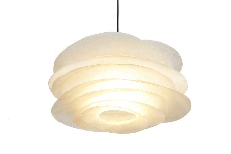 ''Big fins natural'' - Hanging fiberglass lamp Χειροποίητο κρεμαστό φωτιστικό οροφής από fiberglass. Δέχεται όσα watt επιθυμείτε, χωρίς περιορισμό. Iδανικό για σαλόνι, καθιστικό, τραπεζαρία.  Διαστάσεις: Y:27cm, Π:54cm  Στις φωτογραφίες μας βλέπετε απόδοση μόνο των 25W αντί για το μέγιστο αποτέλεσμα φωτεινότητας, ώστε να μπορέσετε να διακρίνετε καλύτερα τα χρώματα.