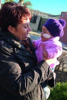 """Piepkleine Raven Tweeboom werd op 9 augustus 2010 geboren. Veel te vroeg, want ze was pas 25 weken oud. """"Raven woog slechts 770 gram en leek op een klein aapje"""", vertelt mama Daya nog zichtbaar ontdaan. """"Ik wist dat ik mijn kind kon verliezen."""" >> Lees het hele verhaal op: http://www.kinderfonds.nl/wat-we-doen/ouders-vertellen/bewondering"""