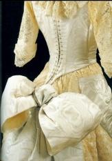 К концу века крой дамских нарядов всё больше усложняется, и банты усеивают их всё более густо.    Романтическое бальное платье из кремового шёлка и кружев, которое счастливая обладательница носила в 1885 году, украшено маленькими бантами по подолу и огромным, сантиметров сорок в ширину, бантом сзади. Чуть пониже спины… Спустя сто лет такой же бант украсит наряд от Chloe.