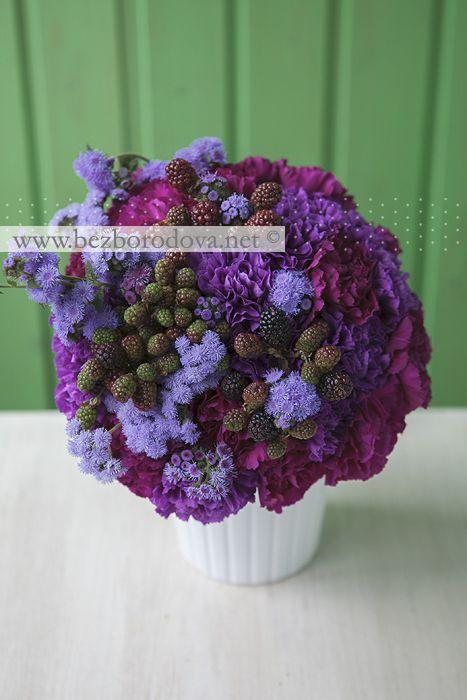 Фиолетовый букет с ягодами ежевики, малиновой гвоздикой и сиреневым агератумом.