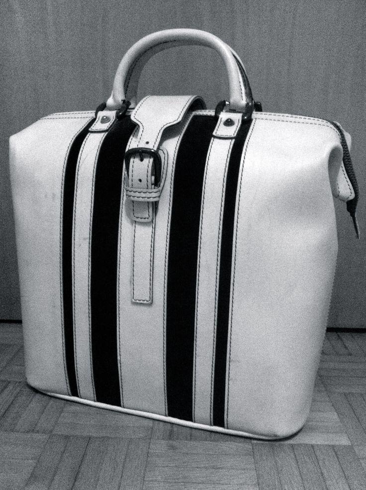 Saint-Tropez style! Valigetta in pelle bianca con striscie scamosciate blu navy - Suitcase bag with blu stripes #suitcasa #cotedazur
