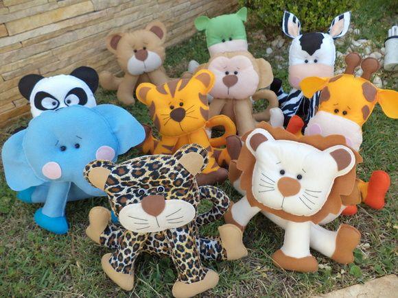 Kit animais safari  ou selva. Produzidos em feltro, com enchimento acrílico. Não precisa de apoio. O valor equivale ao kit com 10 peças: leão, zebra, hipopótamo, tigre, onça, macaco, girafa, urso, panda e elefante. IDEAL PARA DECORAÇÃO OU CENTRO DE MESA DE FESTA INFANTIL.  Se for para menina, pode acrescentar laços e flores.  Valor de cada peça: R$ 22,00 Medidas aproximadas: de 22 a 30 de altura, dependendo do animal                                      cerca de 25 de largura R$ 220,00