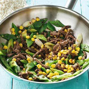 400 gr. snijbonen gesneden 2 el Japanse sojasause 350 gr. runderreepjes 3 el zonnebloemolie 3 stuks bosui in ringetjes +- 200 gr. maiskorrels 2 el ketjap manis Eerst snijbonen 3 min blancheren Laat uitlekken. Meng de sojasaus door het vlees. Verhit 2 el olie in een wok en bak het vlees op hoog vuur 2 min. Schep uit de wok, doe de rest van de olie in de wok en bak de snijbonen en bosui 2 min. Voeg het vlees weer toe, schep de mais erdoor en breng op smaak met de ketjap.