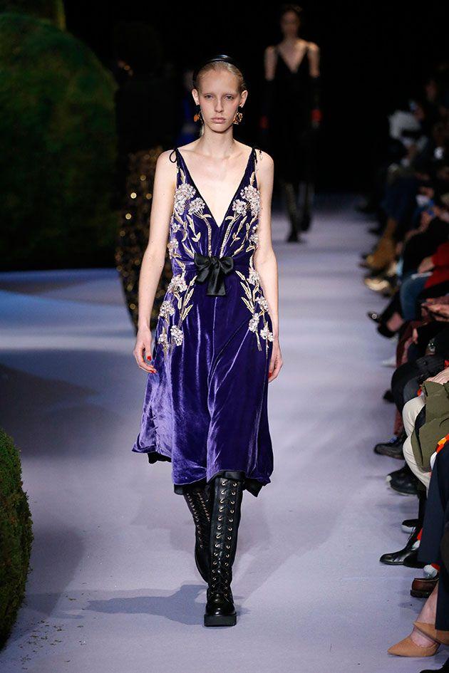 No mix de inspiração, entram também Lady Macbeth e Renascimento do norte da Europa: corsetado, veludo, pele.