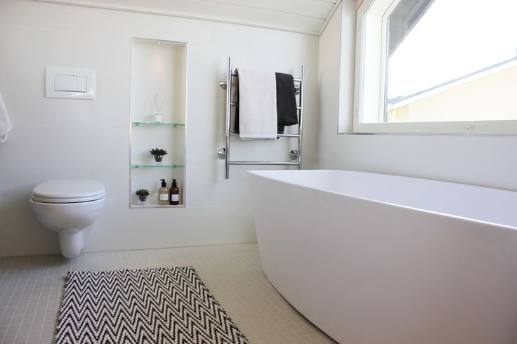 Master bathroom, hand made copper and white zikzak carpet by ERI DECO. Modern an simply interior design by Hanna-Marie Naukkarinen