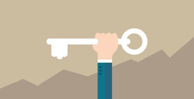 Mão segurando a chave para um bom SEO: palavras-chave