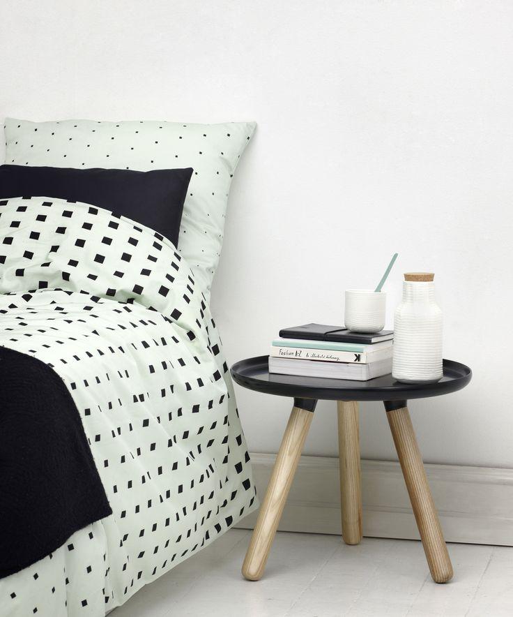 Grafisk og indbydende sengetøj fra Normann Copenhagen. Cube sengetøjet er designet af Anne Lehmann. Cube er et alternativ til det traditionelle blomstrede og farverige mønstre.