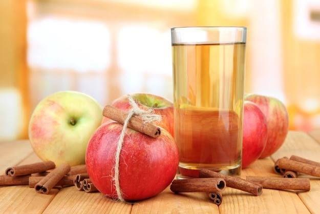 Яблочная вода с корицей - природный ускоритель метаболизма! Содержит 0 калорий! Хороший метаболизм - это залог идеальной фигуры Рецепт детокс-напитка: 1 яблоко тонко нарежьте, лучше брать ароматные сорта. 1 палочку корицы и ломтики яблок поместите в кувшин и залейте чистой водой 1л. Поместите в холодильник на 1-2 часа. Сочетание яблока и корицы улучшает обмен веществ, снижает вес за счет вывода лишней жидкости из тела.