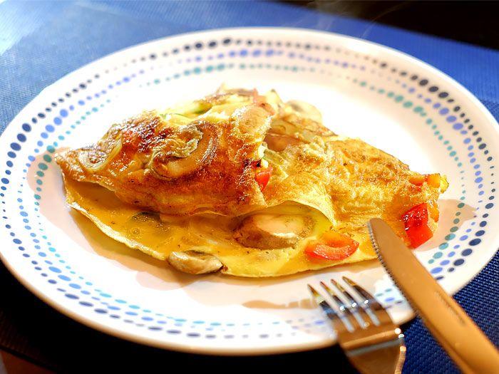 Omelet met champignons, ui, paprika, komkommer en cheddar
