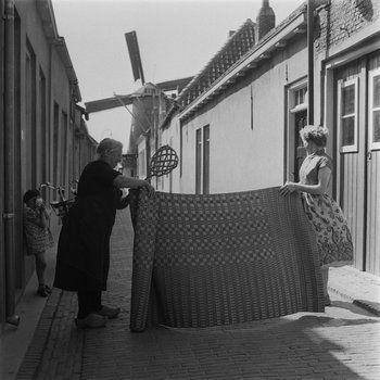 1954 Mattenkloppen in Middelharnis (Collectie Maria Austria Instituut)