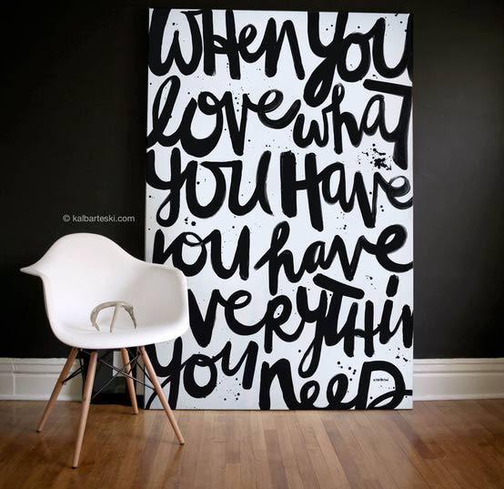 Un detalle que veremos hacerse mas fuerte en la decoración es el uso de tipografía. El diseño gráfico se esta introduciendo mas en el diseño de interiores, por lo que veremos tanto citas como letras de diferente estilos en paredes, textiles, y muebles. Para lograr este detalle en tus paredes de una manera simple puedes usar vinilos de pared. Incluye tipografía en cuadros, almohadones y sillas de acento.