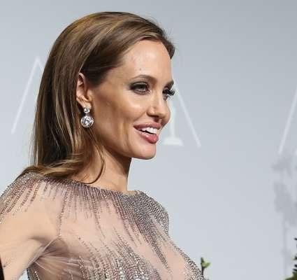 Angelina Jolie exibe o castanho natural na raiz, enquanto as pontas são tingidas de louro escuro acinzentado