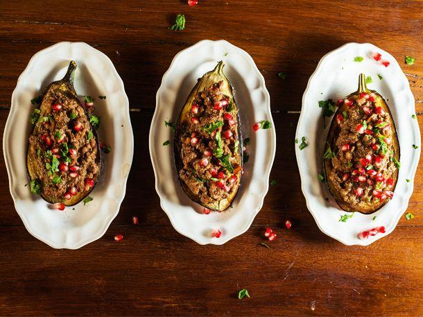 2 Auberginen2 mittelgroße Zwiebeln1 gepresste Knoblauchzehe500 g gemahlene Walnüsse100 g Granatapfelkerne250 ml WasserSaft einer Zitrone3