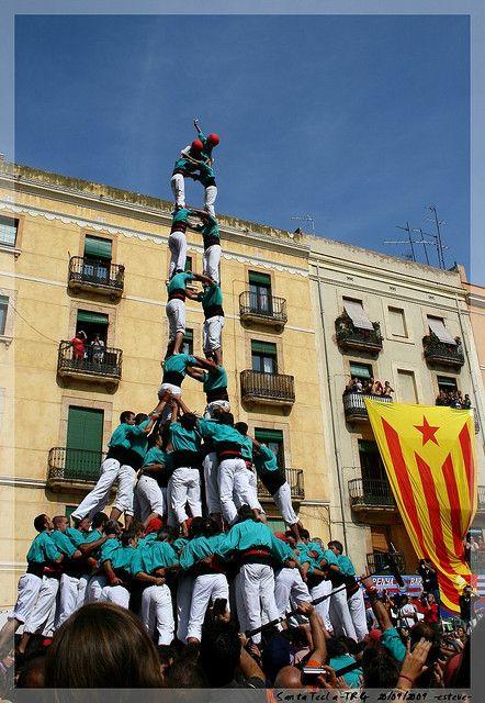 Castellers heißen die Menschentürme in Katalonien. Jede Gemeinde, jedes Stadtviertel pflegt die Tradition, die Zusammenhalt und Vertrauen unter den Mitgliedern fördert. Santa Tecla