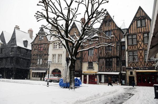 Hiver 2012 à Tours, la Place Plumeau, comme le reste de la ville, sous un épais manteau blanc