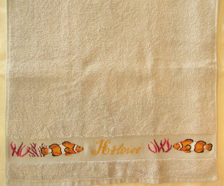 Serviette personnalisée prénom et poissons brodée main au point de croix : Textiles et tapis par emilie-broderie