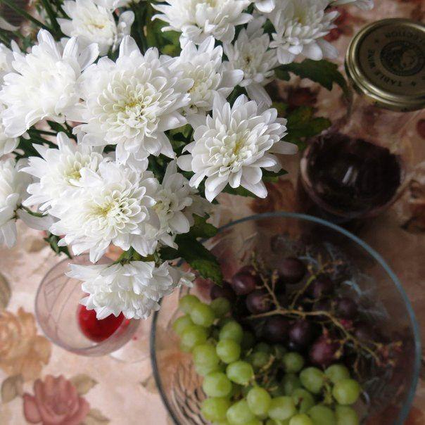 Хризантемы, виноград и вино, на кухне осенью