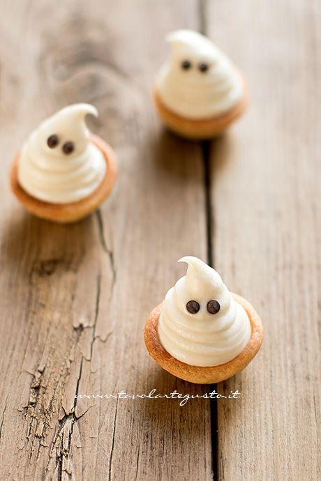 I Fantasmini di Halloween sono dei golosi dolcetti fingerfood per Halloween: mini tartellette di pasta frolla, ripiene di avvolgente crema ganache al cioccolato bianco. Per trasformare i dolcetti i...