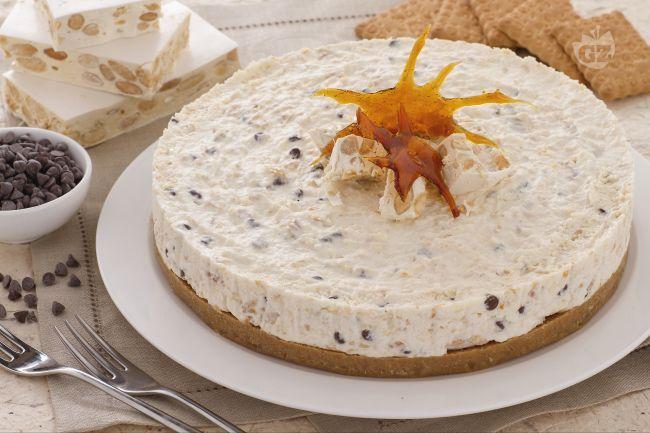 La cheesecake al torrone è una torta deliziosa: una base di biscotto e una crema di Philadelphia arricchita con panna e croccante torrone bianco.