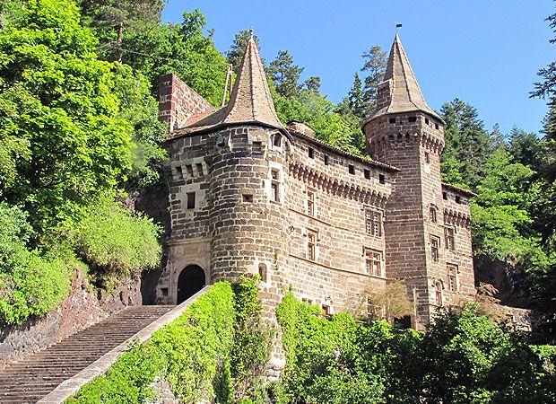 Le château de La Rochelambert Une bâtisse du XIe siècle taillée dans la roche. Le château de La Rochelambert est situé dans la vallée de la Borne à Marcilhac sur la commune de Saint-Paulien (Haute-Loire).