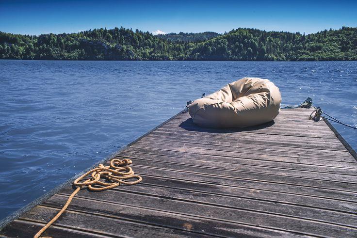 Upalne lato nad jeziorem na najwygodniejszej pufie z kolekcji Gold. A Wy jaki macie pomysł na spędzenie wakacji 2017?  #worek #pufa #sako #gold #wypoczynek #relaks #jezioro