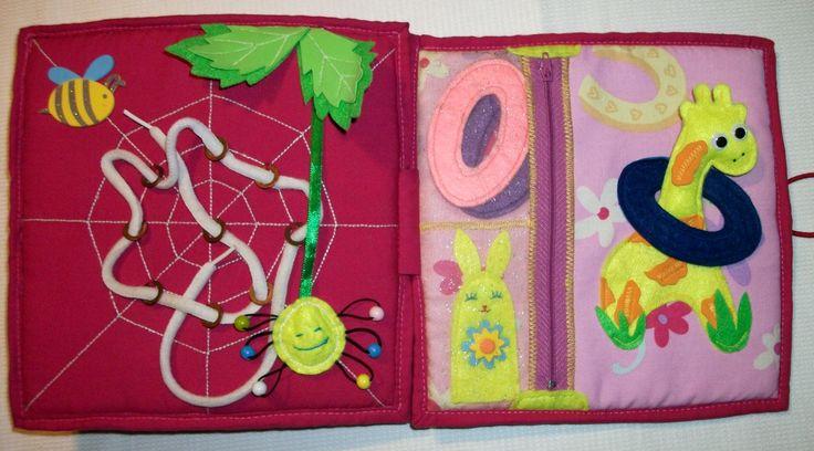 Пятая страница - паутинка, через кольца которой, ребёнку нужно протянуть верёвочку. А также весёлый паучок для хорошего настроения. На шестой странице расположилась жирафка, на шею которой, ребёнок должен надеть фетровые колечки, что спрятаны в кармашке под замочком-молнией. Во втором кармашке спрятана пальчиковая игрушка зайка-помогайка.