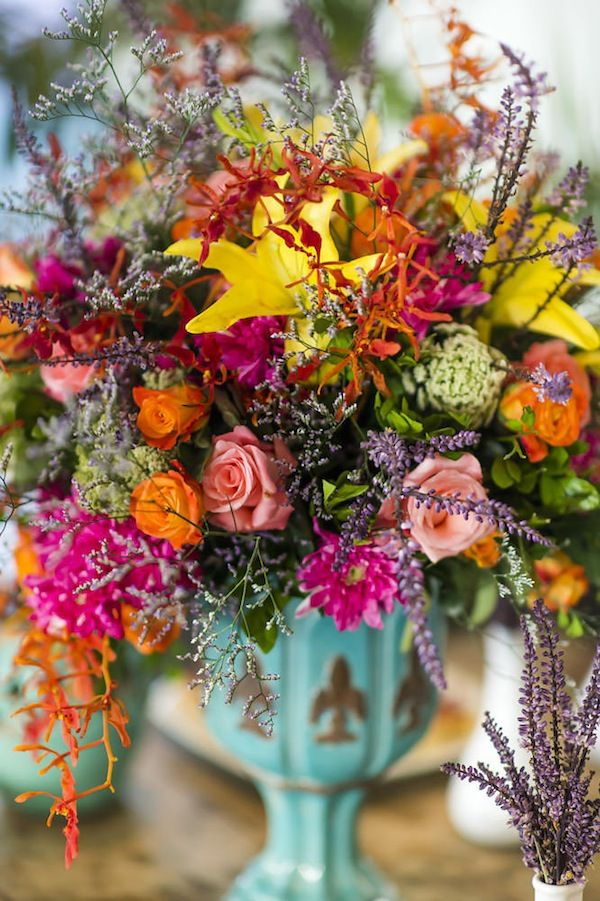 Arranjo de flores colorido em tons de laranja, amarelo, turquesa, pink e verde. Perfeito para um casamento descolado na praia. Foto: Layla Eloá e Sharon Eve Smith