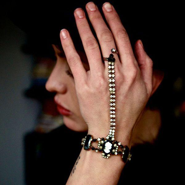 Hand collier by AKKESOIR http://www.myakkesoir.com/