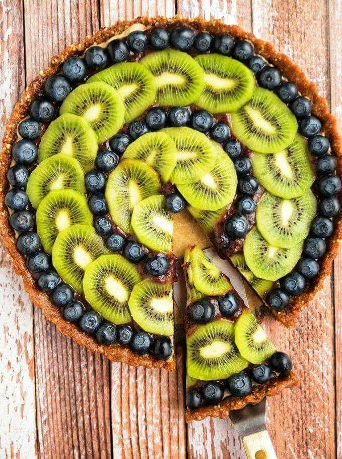 Tarta con kiwi y moras