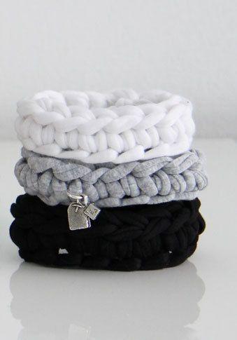 Gehaakte armband met bedel.  Ontwerp: HandmadeBijMo.nl